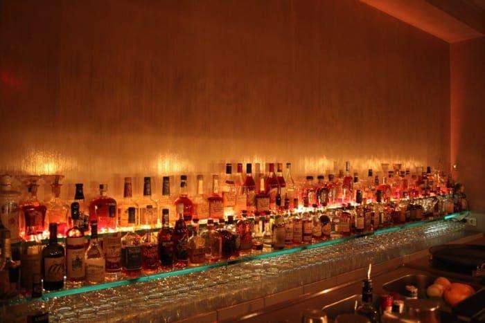 """Auf dem Schild steht: """"Ernsthaftes Trinken. Kein WLAN. Nur Barzahlung"""", und das ist fast schon alles, was Du wissen musst. Nur ein paar Minuten von Becketts Kopf entfernt, gibt es hier klassische Drinks oder abgewandelte Klassiker –zum Beispiel einen Black Walnut Manhattan oder einen Insomnia-Cocktail mit Safran-Gin und Pfirsich-Bitter. Das """"ernsthafte Trinken"""" meinen sie hier wirklich ernst –Du bekommst sogar ein frisch geeistes Glas, falls Dein Martini oder Last Word seine angenehme…"""