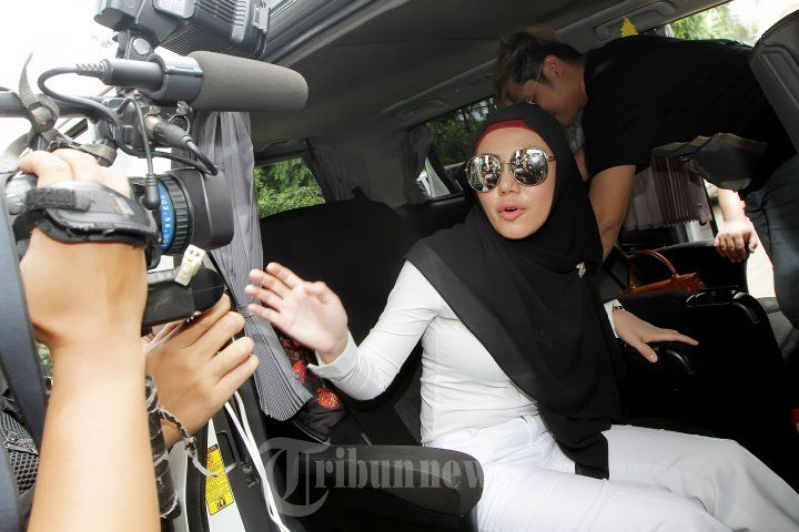 BELLA SHOFIE - Pemain film serta penyanyi Bella Shofie saat menghadiri sidang perceraiannya dengan Suryono di Pengadilan Agama Jakarta Selatan, Rabu (23/3/2016). Agenda persidangan hari ini merupakan mediasi tetapi dari pihak Suryono tidak hadir pada sidang perceraian perdana tersebut sehingga persidangannya ditunda hingga 20 April 2016. TRIBUNNEWS/JEPRIMA