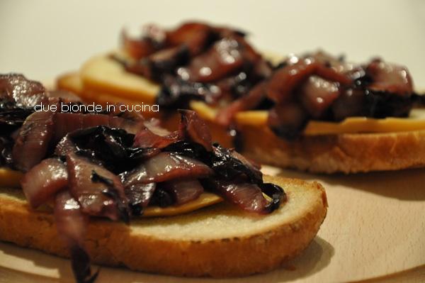 Due bionde in cucina: Bruschette scamorza e radicchio