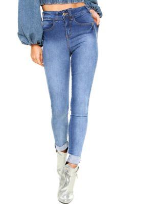 Calça Jeans Colcci Skinny Bia Verde, com pespontos aparentes, cinco bolsos, passantes no cós, tag posterior da marca e fechamento por zíper e botão. Possui modelagem skinny, lavagem estonada e gancho médio.Confeccionada em jeans 97% Algodão / 03% Elastano.Medidas: Cintura: 60cm/ Quadril: 80cm/ Gancho: 27cm/ Comprimento: 111cm. Tamanho: 36.Medidas da Modelo: Altura: 1,72m/ Busto: 81cm/ Cintura: 60cm/ Quadril: 90cm.