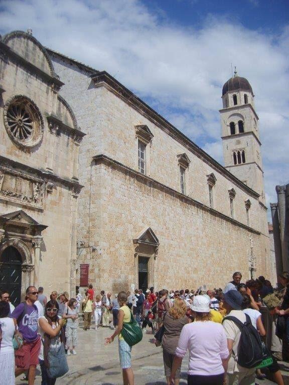 Bolca müzeye ev sahipliği yapıyor Dubrovnik. Bu müzelerin bazılarına girerseniz diğerlerine indirimli giriyorsunuz. Turis Ofisinden bilgi almayı unutmayın... Daha fazla bigi ve fotoğraf için; http://www.geziyorum.net/dubrovnik/