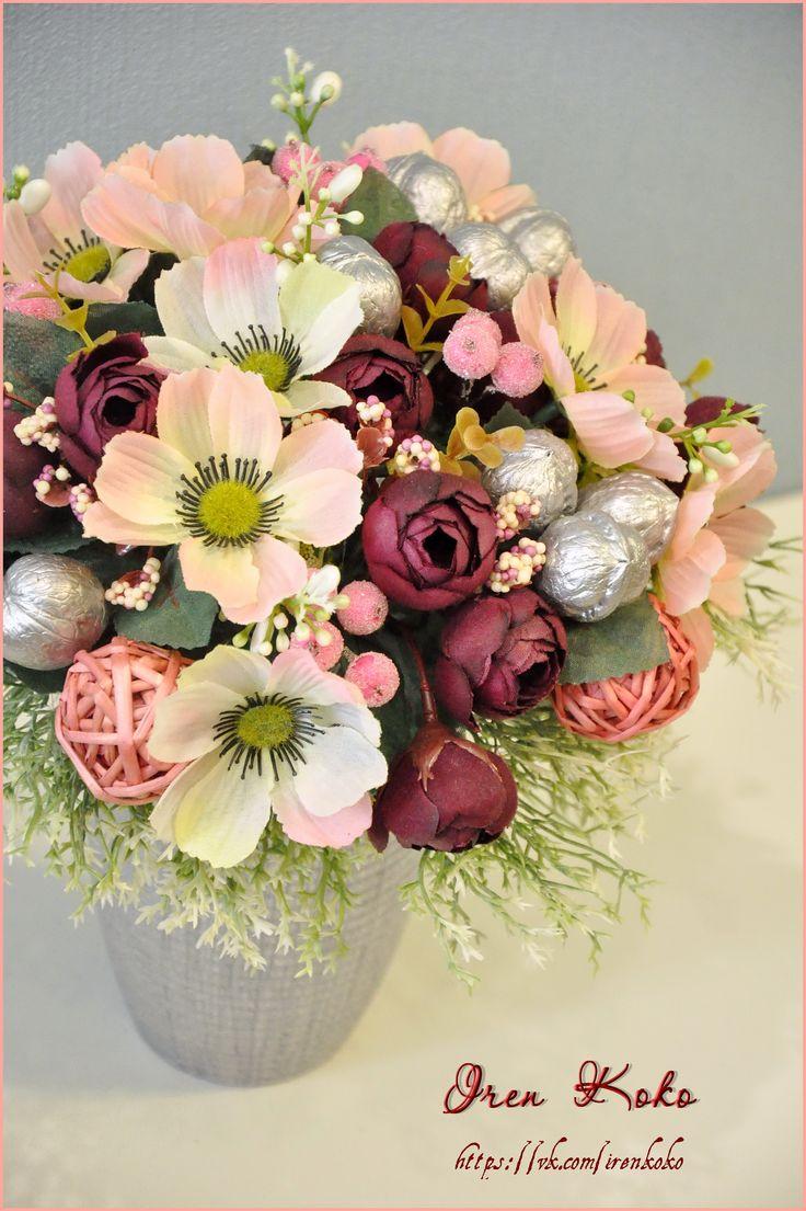 Высота 25 см, диаметр 25 см. В работе использованы: керамическое кашпо, текстильные цветы, веточки, грецкие орехи, засахаренные ягодки, ротанговые шары.