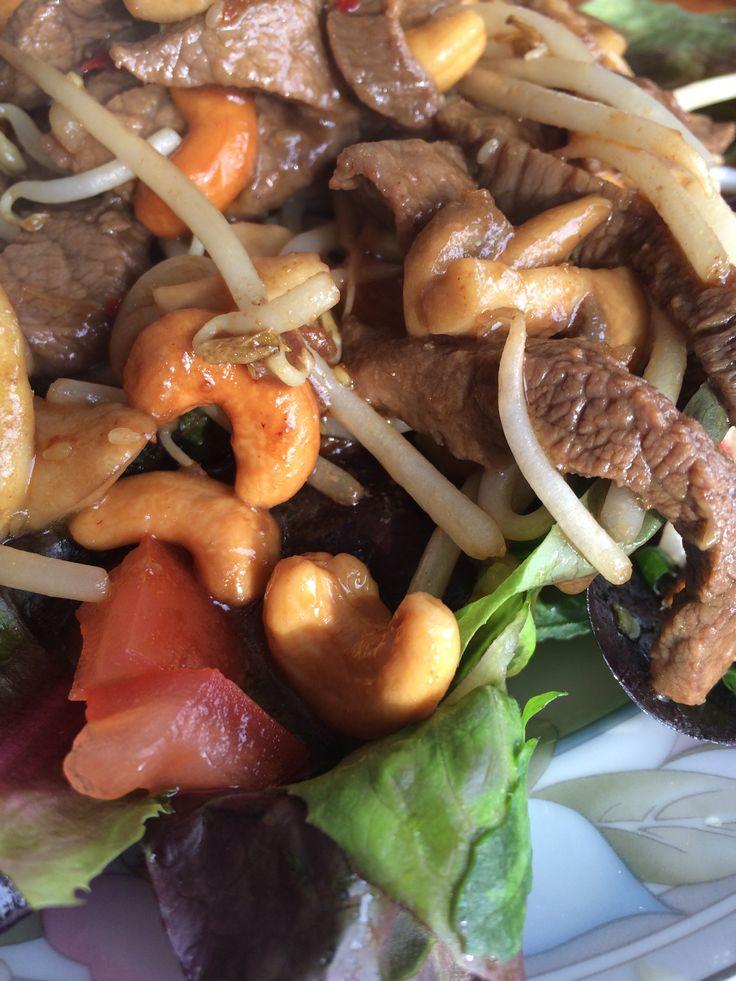 Maaltijdsalade met biefstuk, cashewnoten, komkommer en taugé