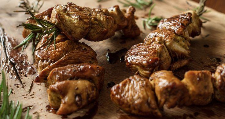 Σουβλάκια κοτόπουλου σε δενδρολίβανο | Άκης Πετρετζίκης