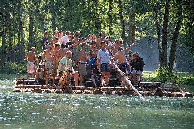 #Rafting auf dem #Fluss #Isar - ein schönes #Outdoor Erlebnis für eine #Städtereise #München 5 Unusual Things to Do in Munich - Log Rafting on the Isar - Mosey down the river with a beer in hand
