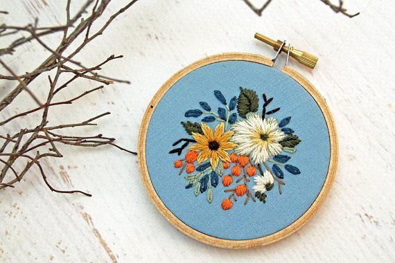 Hand geborduurd op een 3 houten hoepel, deze prachtige gedetailleerde bloemen op een mooie katoenen stof zijn gestikt. Borduurwerk hoepels ziet er geweldig uit als een standalone kunstwerk op een muur opgehangen of op een plank gestut. Elke hoepel is van de hand genaaid door mij en wellicht lichte variaties. Voel je vrij om me te contacteren indien u een aangepaste hoepel op basis van dit patroon wenst! Ik hou van aangepaste bestellingen doen.