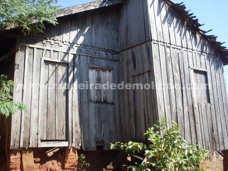 Casas antigas de onde são extraídas as tábuas de peroba rosa para elaboração de móveis rústicos e outros produtos em madeira de demolição.