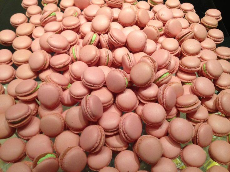 Una diversa di idea di macarons con Mousse di aringa affumicata e crema di formaggio ed erba cipollina Scelta coraggiosa .... soooo chic!