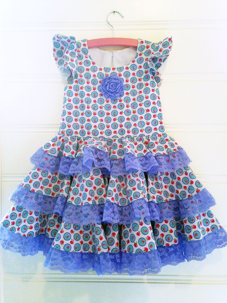 Cute dress with roses, lace and flamenco accents in EU size 122.