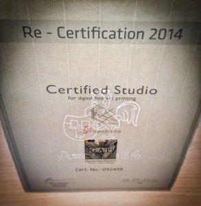 """La firma alemana de Hahnemühle nos ha vuelto a expedir un nuevo documento otorgándonos el """"Re-Certification"""" del Certified Studio obtenido en 2013 ya que hemos mantenido la excelencia en la producción de las impresiones giclée. En 2013 obtuvimos el Certified Studio de Hahnemühle. La firma alemana de Hahnemühle realiza un examen teórico y visita de un responsable del fabricante alemán verificando que el centro de impresión sigue apostando por la más alta calidad."""