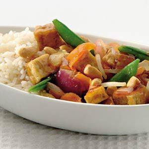Krokante tofu met groenten en cashewnoten (Receptenkaart van Albert Heijn) - gemaakt in februari 2013 met gembersaus, plum saus nog maar eens in een Toko halen.