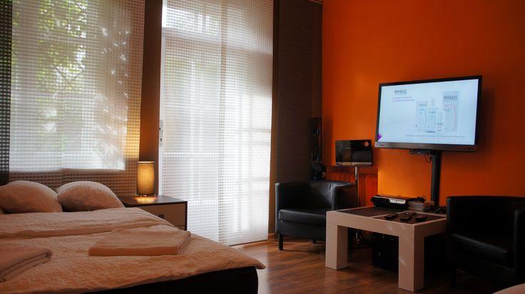 Wyposazenie Sypialni TV LED,Sony playstation 3 oraz kino domowe LG Dolby Surround  http://www.apartamenty-krakow.com/nocleg/apartament-pomaranczowy/