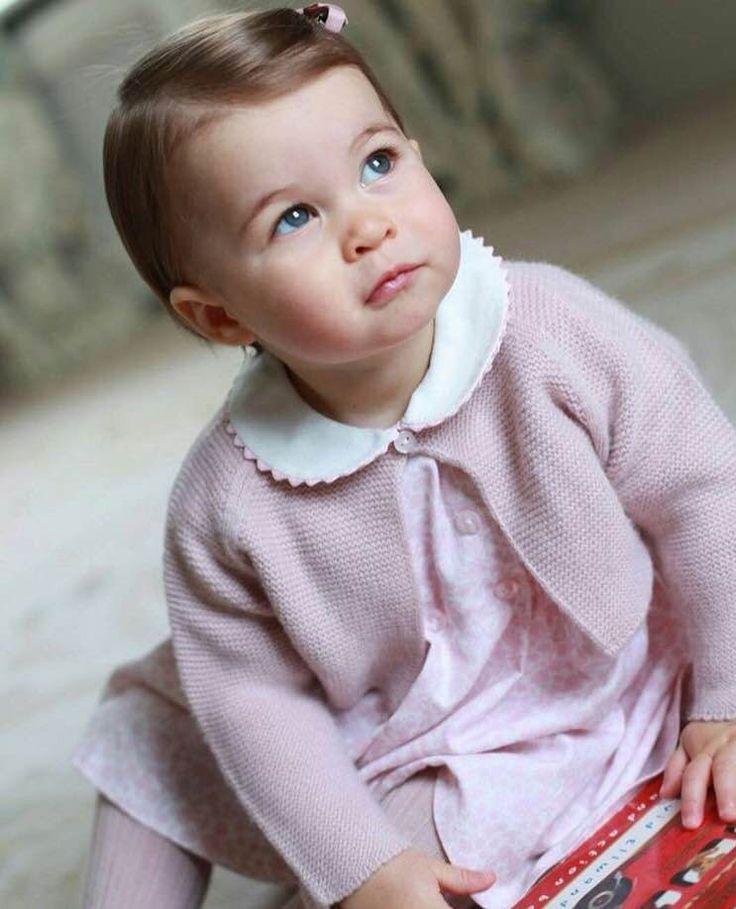 Família real britânica divulga novas fotos da Princesa Charlotte