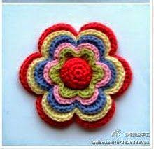 Tejer una bonita flor usando varias capas te permitirá realizar almohadones o tapetes multicolo...
