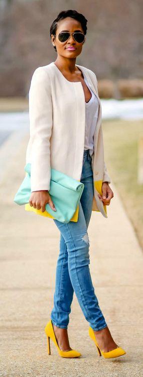 Blazer branco + jeans. Os acessórios (sapato amarelo e a bolsa envelope) deixaram a produção muito mais sofisticada.