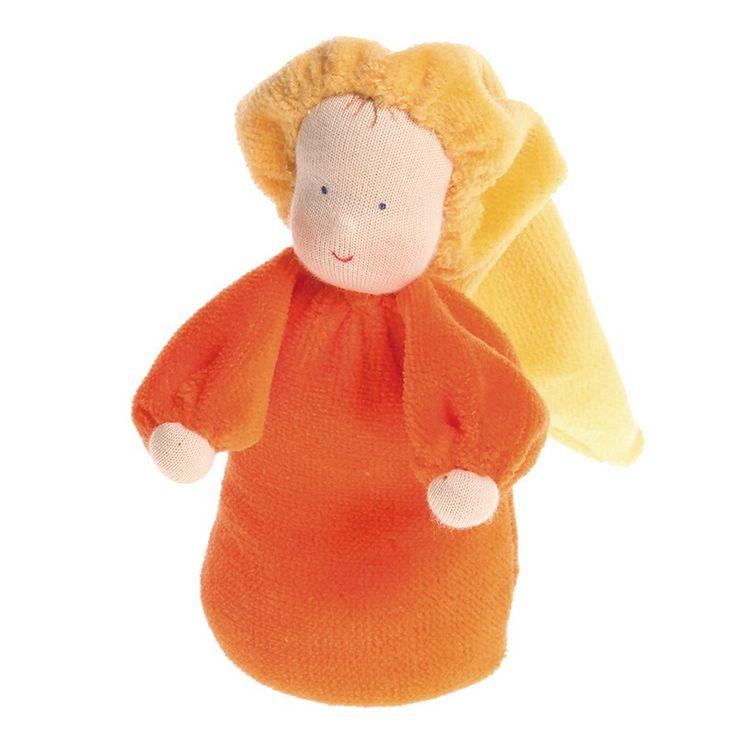 Muñeca pequeña de color naranja, con suave fragancia a lavanda gracias a su interior relleno de flores de lavanda. Está elaborada de manera artesanal, con la cara pintada a mano dando una expresión única a cada muñeca. Está fabricada en tela de algodón, rellena de flores de lavanda. El suave olor a lavanda tiene un efecto calmante y es relajante para los niños más pequeños, por lo que es ideal para ayudarles a dormir. Se debe lavar a mano de manera suave, evitando frotar ya que se puede…