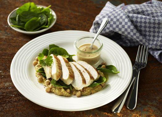 Gebratene Hähnchenbrust an Spinatsalat mit Kichererbsenpüree und Erdnusssauce #hähnchen #hähnchenbrust #chicken #spinat #blattspinat #spinatsalat #salat #spinach #gefluegel #geflügel #poultry #kichererbsen #kichererbsenpüree #rezept #eiweißreich #eiweiß #protein #genuss #sport