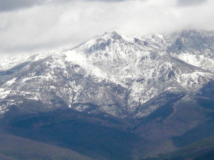 Sobre Hervás, en las estribaciones de la Sierra de Gredos, resalta la figura del Cerro Pinajarro, con unos 1350 msnm. La foto está sacada desde la población de Zarza de Granadilla, situada en el llano del Río Ambroz, por lo que posee un marco incomparable.