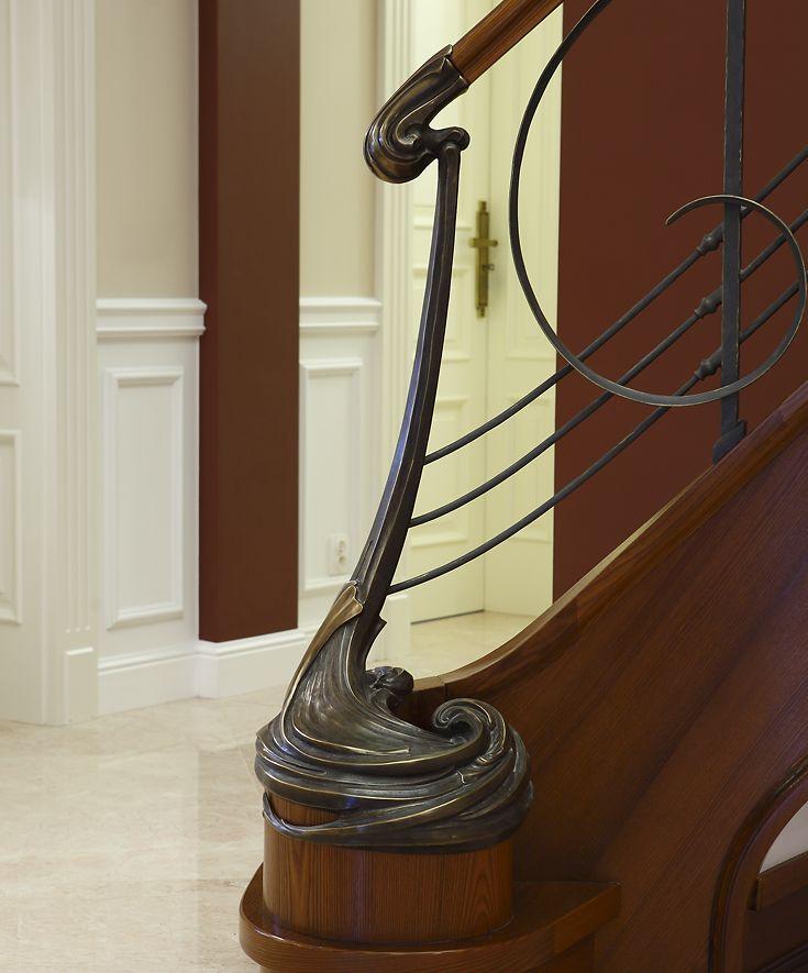 ST455 Policzkowe schody gięte na wylewce betonowej wykonane z jesionu termowanego. Ręcznie kute stalowe balustrady z pochwytami drewnianymi. Słup wejściowy odlewany z brązu. Realizacja wykonana w prywatnej rezydencji , projekt – TRĄBCZYŃSKI
