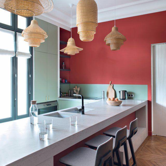 Un parfum d'Asie dans la cuisine, dessinée avec le cuisiniste Baldini, conviviale et fonctionnelle avec son plan de travail-bar et ses suspensions en osier