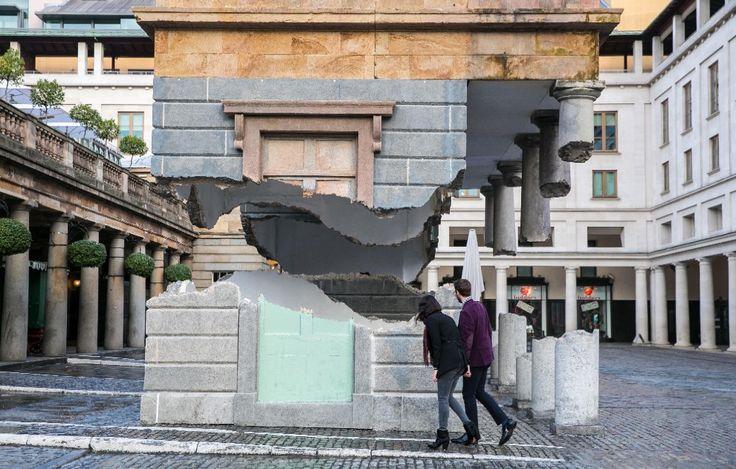 Con il suo ultimo lavoro ''Take My Lightning but Don't Steal My Thunder'', l'artista  Alex Chinneck  ha voluto stupire i cittadini londinesi. Nell'installazione una finta facciata del Teatro dell'Opera di Covent Garden appare squarciata da un fulmine e sospesa a mezz'aria a più di dieci