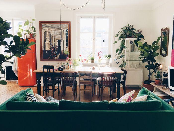 Elsa har öppen planlösning mellan kök och vardagsrum precis som vi och jag tycker de har gjort ett grymt jobb med möbleringen. Det är inte alla som skulle ha valt att ställa soffan (Ikeas Stockohlm för alla som undrar!) mitt i rummet. Funkar hur bra som helst, om ni frågar mig.