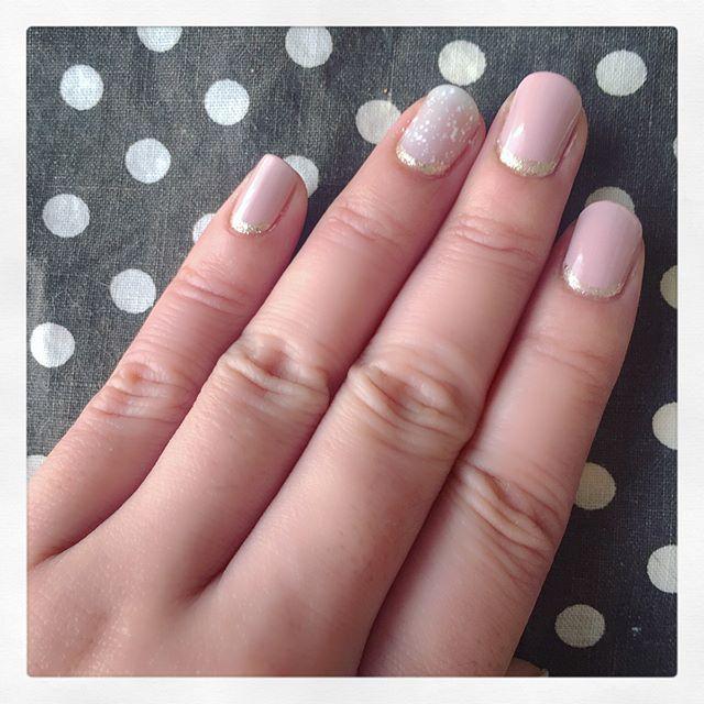 週末、階段でヨロけて右手中指の爪を欠けさせてしまってせっかく伸ばした爪を短く揃える羽目に... テンション上げるべくNAIL HOLICのパステルスノーを購入。 根元にゴールドラインで少し華やかに。  しかし爪を折ってしまうとこんなに切ないものなのね。初体験。 これも深爪克服の試練か笑  #深爪克服 #セルフネイル  #ネイルポリッシュ  #nailholic_kose  #パステルスノー  #春ネイル