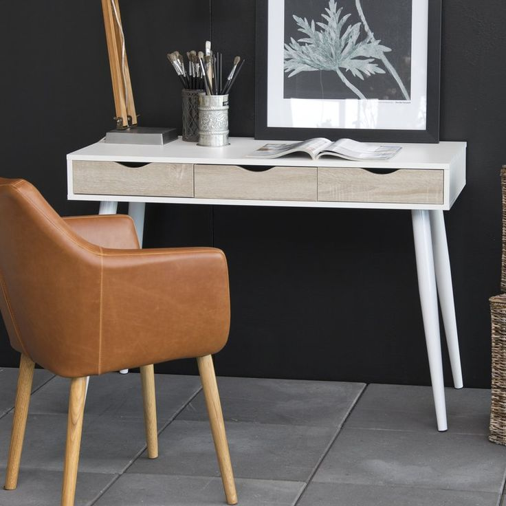 Featuring a white finish and three oak-effect drawers, this writing desk brings a fresh feel to your study or makes a great alternative to a dressing table.