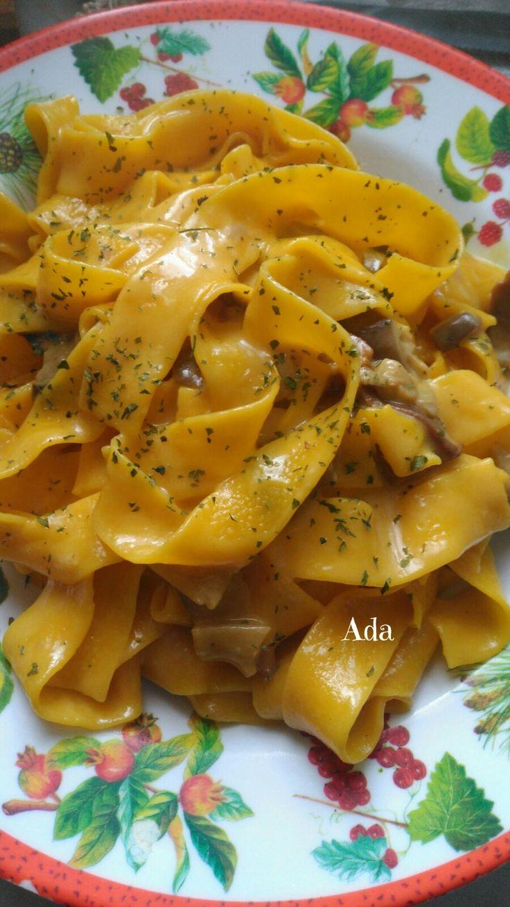 Pappardelle del pastore Ingredienti: Pappardelle,meglio se fresche, Funghi porcini sia freschi che secchi, Zafferano, Taleggio, Par...
