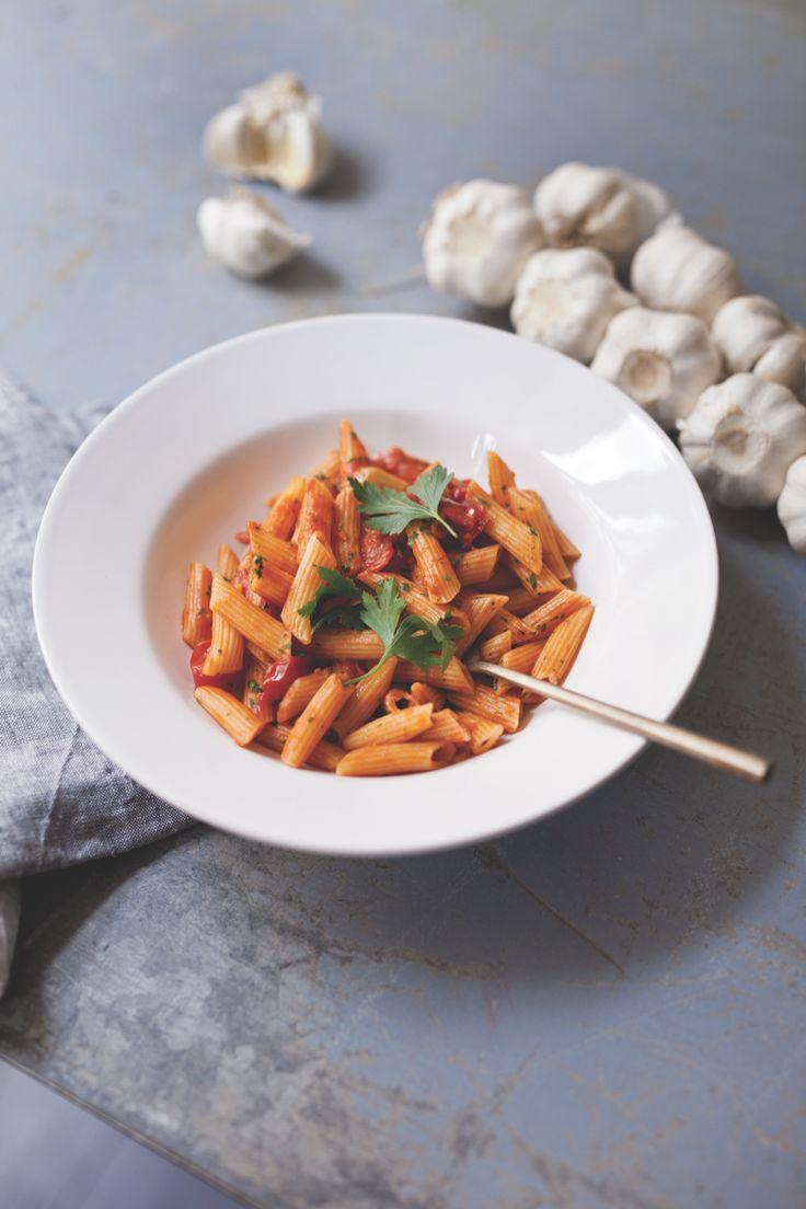 We waren altijd al benieuwd naar de recepten van onze favoriete pastabarSpaghetteria. En die zijn nu bekend, want ze hebbeneen kookboek uitgebracht! In Pasta vind je de lekkerste pastarecepten. Wij mogen alvast uit de doeken doen hoe de mannen hun beroemde penne all'arrabbiata maken. Zet een pan met ruim water en zout op het vuur …