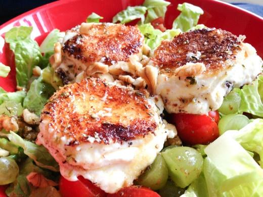 Gebratener Ziegenkäse auf Salat - wie im Restaurant. Der Trick: eine Kokosraspelpanade.