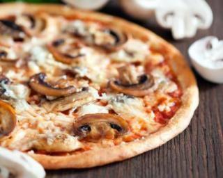 Pizza forestière légère à la dinde, sauce tomate et parmesan : http://www.fourchette-et-bikini.fr/recettes/recettes-minceur/pizza-forestiere-legere-la-dinde-sauce-tomate-et-parmesan.html
