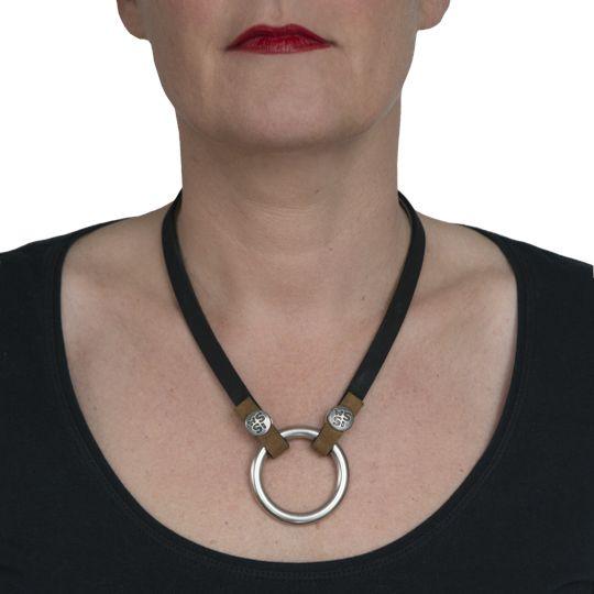 Darla, een prachtige ketting door eenvoud. Gemaakt van leer. Eigen ontwerp, voorzien van unieke ISSA-button €44,50 www.issamadeby.nl/darla