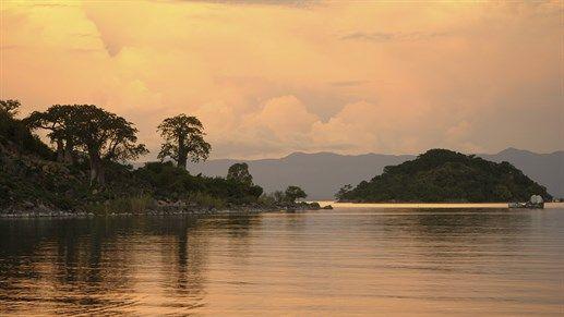Resor till Malawi - Njut av solnedgången vid Lake MalawiLake Malawi  En resa till Malawi är inte komplett utan ett par dagar vid Lake Malawi. Det är Afrikas tredje största insjö och den väntar på dig med kristallklart vatten och stim av färggranna ciklider (fiskar).OAvsett om du vill snorkla, dyka,