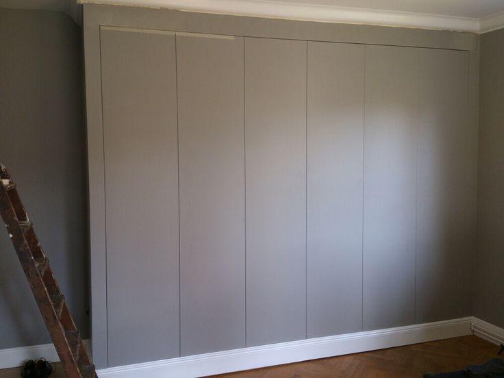 Garderober släta med samma bord nedtill som längs vägg. Väggar och border i samma färg (gråblå farrow & ball)