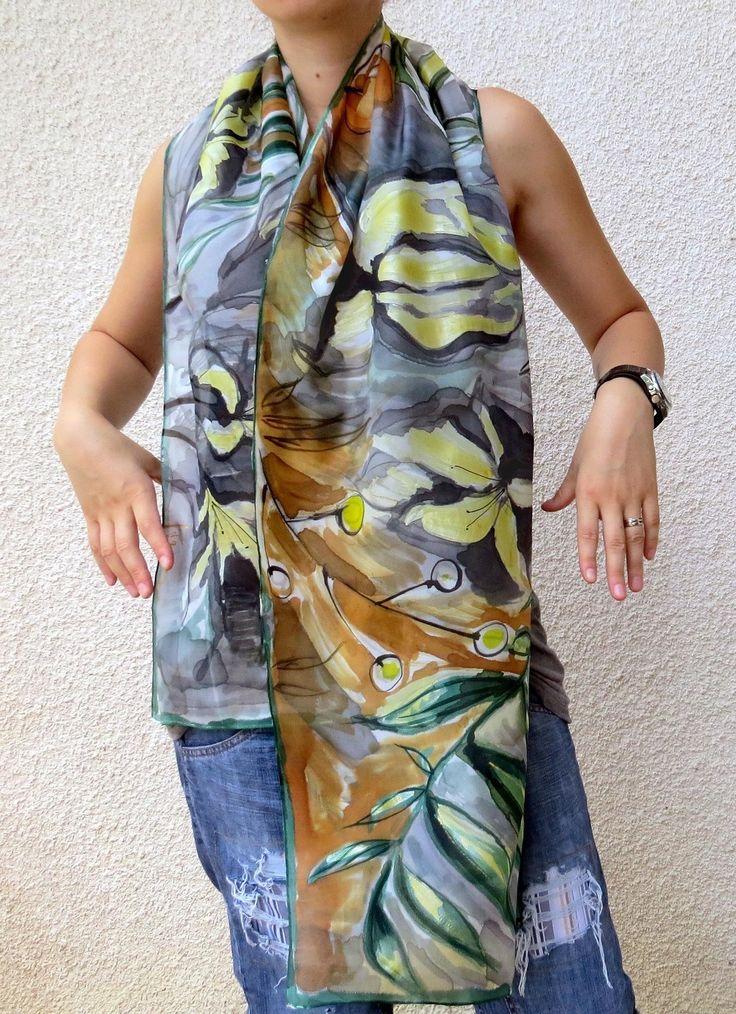Floral foulard de soie gris, marron, jaune et  vert. Echarpe en soie peint à la main.