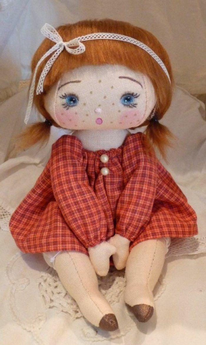 poupée de chiffon avec un visage innocent