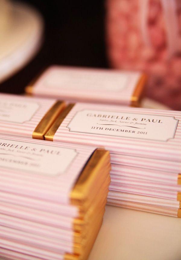 Lembranças do casamento: Comprar chocolates e imprimir os rótulos. simples e chique