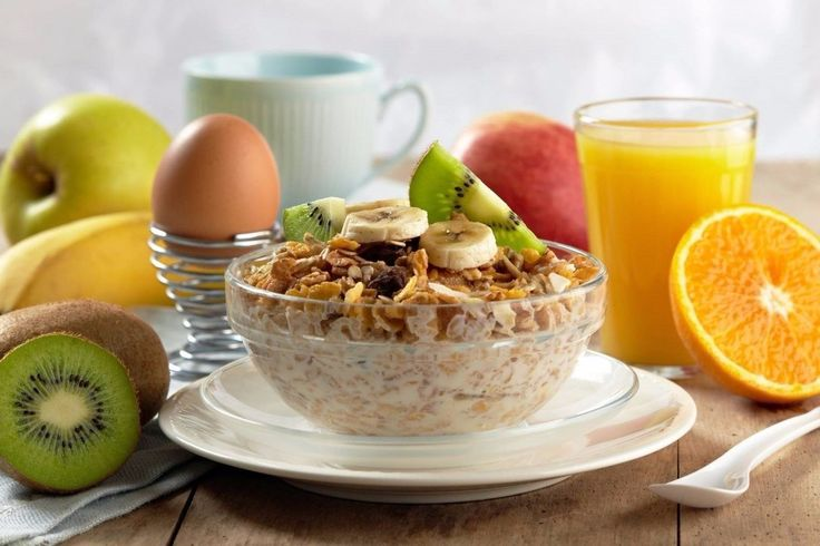 Правильное меню на 3 дня    День 1:  Завтрак:  • 2 яйца (всмятку/отварные)  • Огурец, помидор  • Кусочек цельнозернового хлеба с творожным сыром  • Травяной чай    Перекус:  • Творог 1% 150 грамм, половина банана/гость ягод, корица по вкусу  Обед:  • Бурый рис/гречка + овощи  • 2 котлеты из куриного филе запеченные  Перекус:  • Фрукты/10 орехов  Ужин  • Салат из свежих овощей 250 грамм, кофейная ложка масла  • Запеченное или отварное нежирное мясо/рыба 150 гр    День 2:  Завтрак:  • Овсянка…