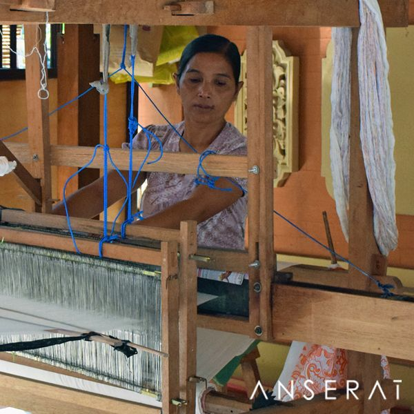 Traditional loom weaving ikats in Bali // www.anserai.com