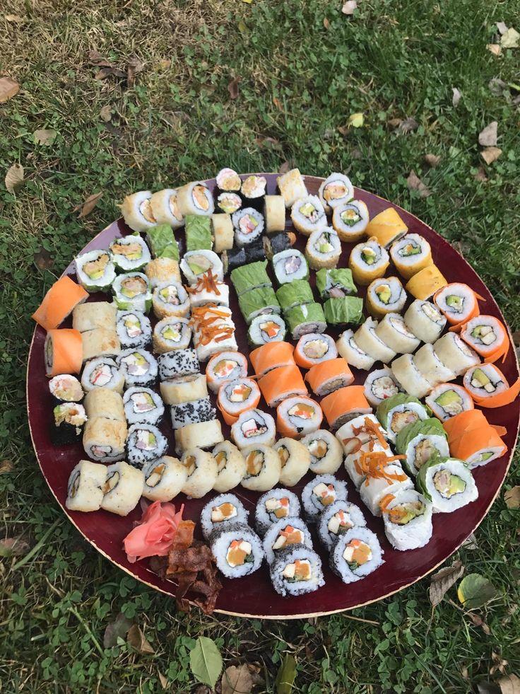 En mi casa siempre hemos hecho sushi, ni se inaginan la cantidad de rolls que he cocinado para mí numerosa familia! No he tenido el tiempo para hacer un post detallado con el paso a paso para hacer sushi, pero si ya lo dominan, acá encontrarán ideas originales
