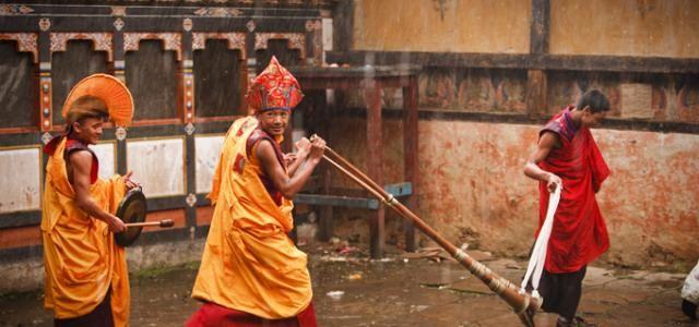 Bhoutan | Guide voyage Bhoutan | Lonely PlanetPréparatifs pour la cérémonie Tamshing Goemba Tsechu  En savoir plus sur http://www.lonelyplanet.fr/destinations/asie/bhoutan#RrChI2R5ceA5pG4F.99