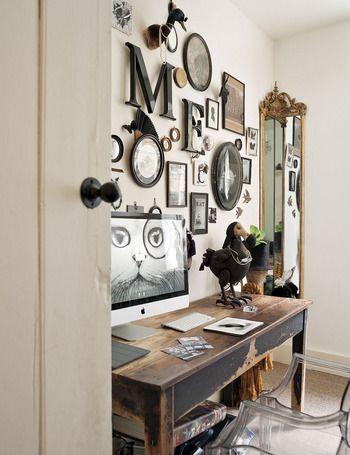 casa de Rory Dobner - El rincón del artista   La zona de trabajo se articula en torno a una antigua mesa de escuela, adquirida en Castle Gibson, y la silla Ghost, de Philippe Starck. En la pared, grabados antiguos, insectos, diseños de Rory... y en el rincón un espejo dorado de anticuario.