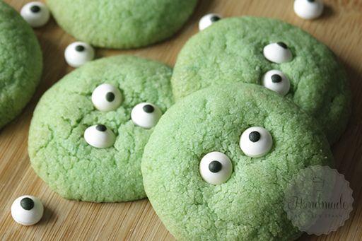 Halloween komt er weer aan! Vorig jaar maakte ik een aantal cakepops, dit jaar maak ik monsterlijke koekjes… Met een paar spooky oogjes en wat voedselkleurstof kun je bijna ieder koekjes recept omtoveren tot enge koekjes.  Heb jij bakplannen voor Halloween? Ik haal tegenwoordig veel inspiratie van Amerikaanse blogs, waar het vieren van Halloween …