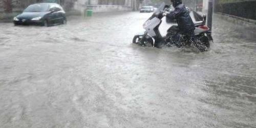 Nubifragio a Milano, strade allagate. Vigili del fuoco impegnati in tutti i quartieri. La pioggia ha cominciato a cadere fortissima verso le…
