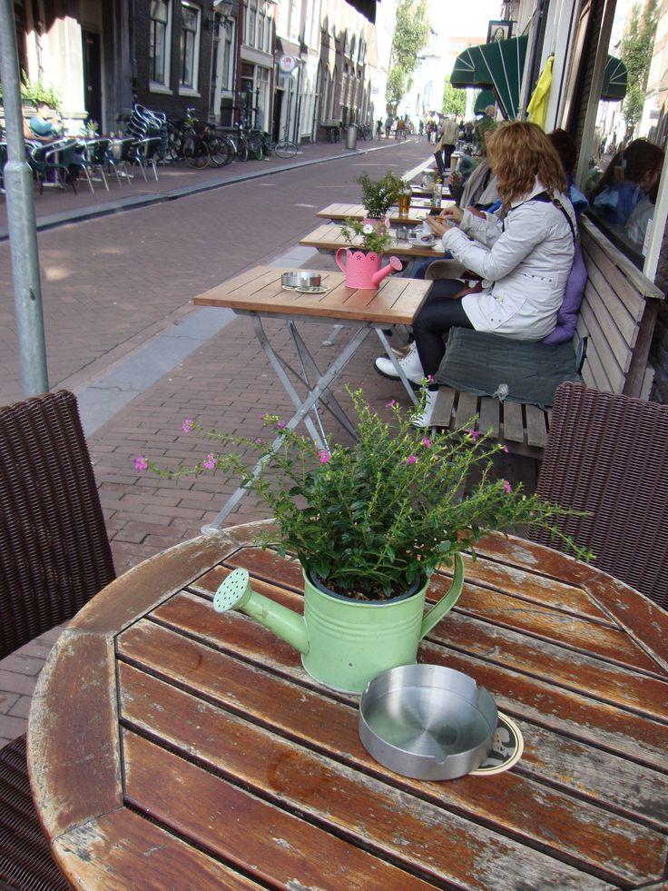 Potted plants in watering cans at the coffee bar Piante in innaffiatoi decorano i tavolini di un bar - Photo by Luisella Rosa http://unpiccologiardino.blogspot.it/