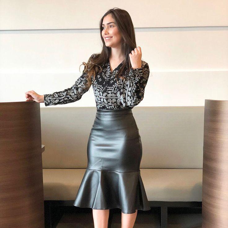 COURO chegando com tudo neste Inverno/2018! Nossa blogueira Diva @ravanenayara arrasou no look! Em breve estará disponível no site!… | bolinho de arroz | Pinterest | Fashion, Skirts and Outfits