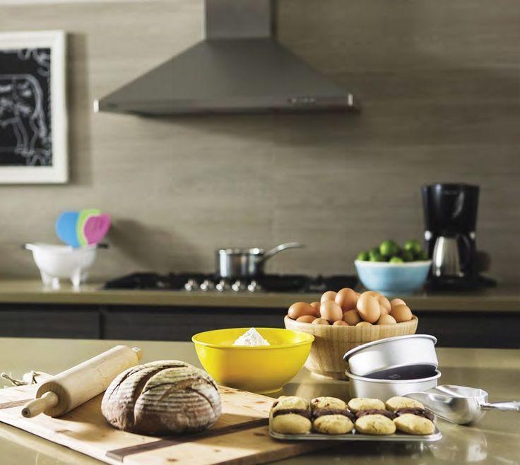 la tabla de madera, el rodillo, los recipientes para el horno, los moldes de galletas y el bowl de madera son de Cachivaches. El bowl azul es de Neo.