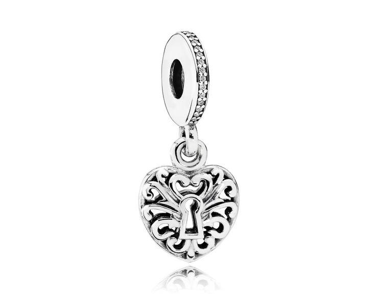 Pandora Hangbedel zilver 'Padlock/Sleutel tot je hart' 791876CZ. Zilveren handgemaakte Hangbedel. Aan de bedel hangt een opengewerkte hartvormige bedel met daarin een sleutelgat..., de sleutel tot je hart. Mooie bedel om cadeau te doen aan je geliefde. https://www.timefortrends.nl/sieraden/pandora/oorbellen.html