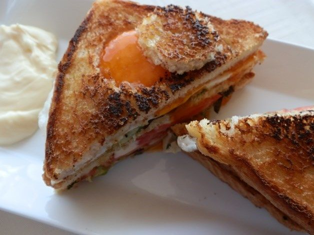 Sándwich vegetal con huevo y mahonesa.